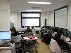 授業やオフィスアワーをデジタル教材化してDVDやWebで視聴できるようにしたPEDL(Pharmaceutical Educational Digital Learning)が学習室2で利用できます。